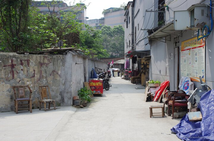 Back alley in Chengdu next to a busy 4x4 road