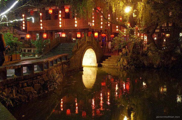 Jinli Street isn't just an alley as we expected - at the end, it becomes a wide, open area, with a pond and some romantic looking bridges