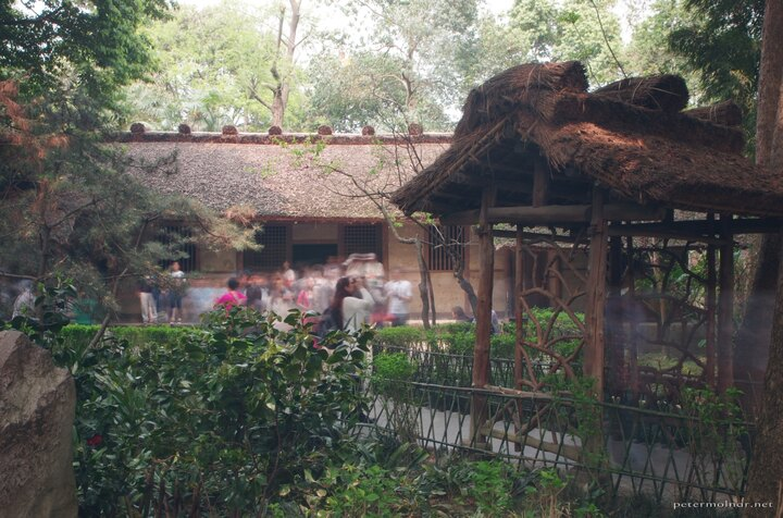 Even with a 10s long exposition you can't get rid of the people - there is a sea of tourists around the Du Fu Thatched Cottage itself