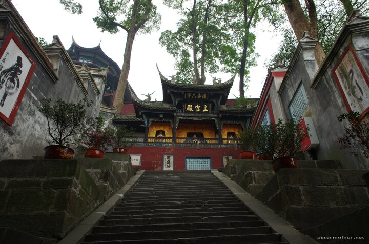...but you won't be able to find a single straight line in this monastery in the Dujiangyan Scenic Area