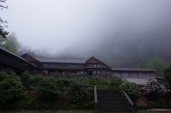 The front view of the monastery we slept at at Emeishan