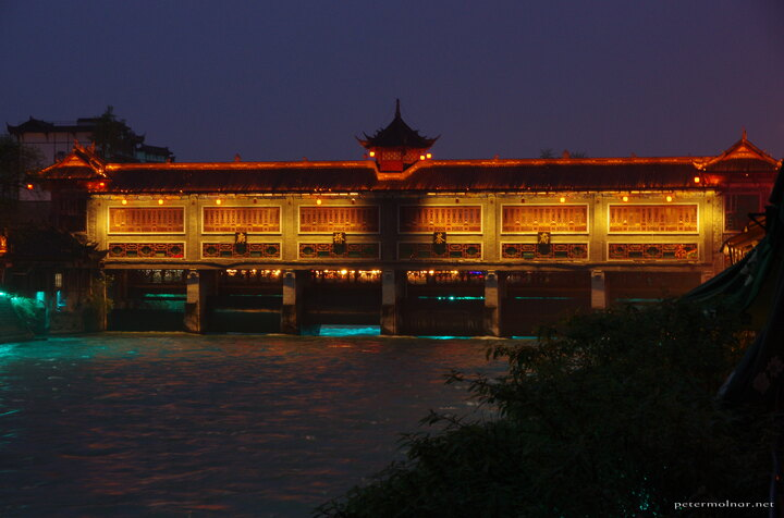 Another bridge in Dujiangyan, also looking magnificent with the lights at night