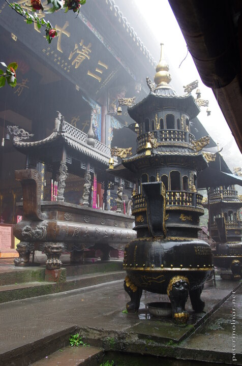 The rain and the mist certainly adds to the feeling of misticism surrounding most of the places at Qingcheng