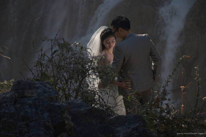 Wedding photography in front of Nuorilang Waterfall