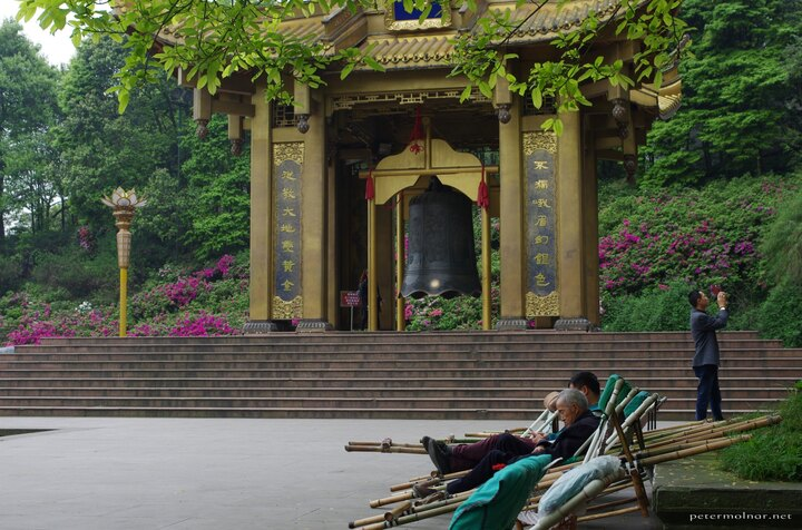 The huge, golden gate and the bell at the feet of Mount Emei